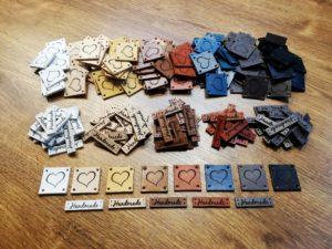 kožené štítky
